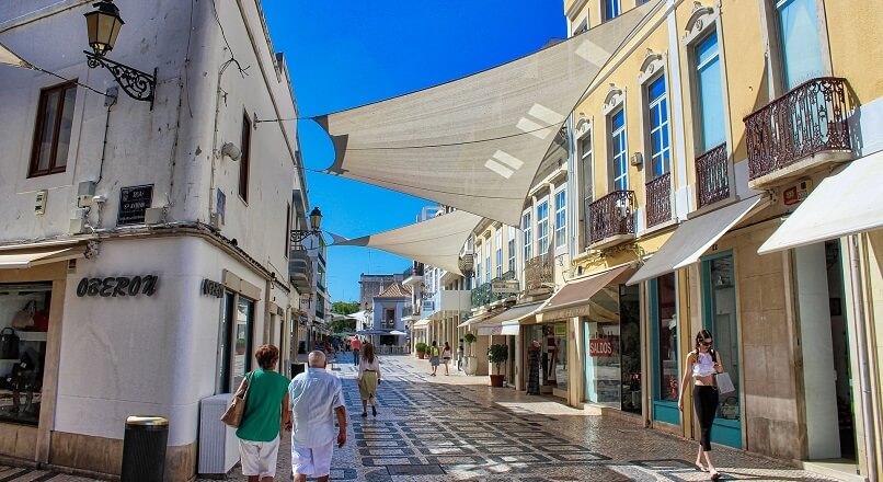 Pandemia si lipsa turismului au dat peste cap sectorul european de retail
